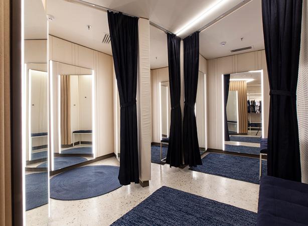 Provadores com espelhos e cortinas em jeans e tapetes em jeans.