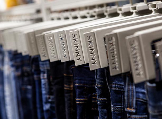Detalhe dos guias jeans nas calças expostas.
