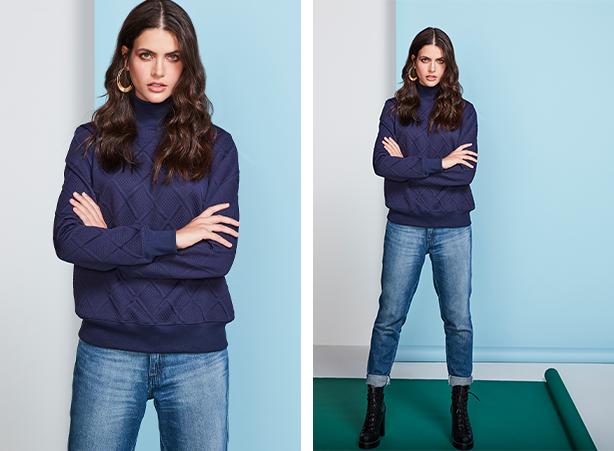 Calça feminina jeans cropped com barra dobrada, blusa estilo moletom de gola alta e mangas longas na cor marinho.