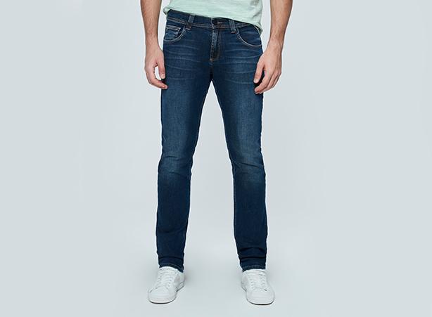 Calça jeans masculina com lavagem escura